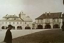 Náměstí Míru (tehdy Velké náměstí). Snímek z roku 1890. Hotely Vykysal a Zlatý Beránek v původní podobě před přestavbami.