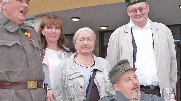 Marcela Fialová z Kralup, vnučka šikovatele Jana Vaňka (na snímku s jednou ze svých dvou dcer při propagačním programu kralupských švejkologů).