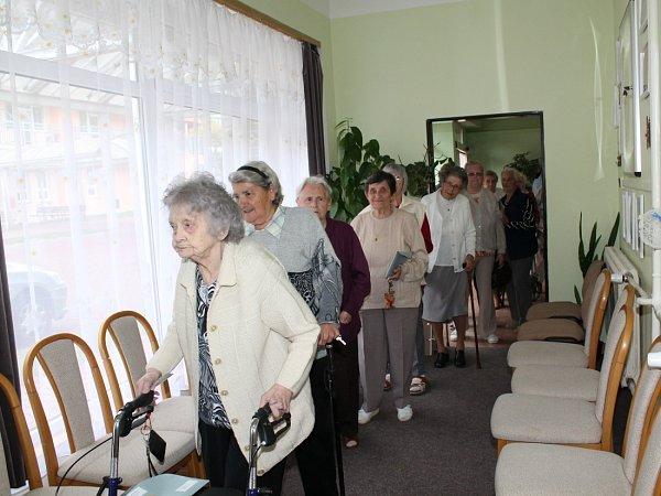 Centrum seniorů vMělníku navštívily členky volební komise svolební urnou.
