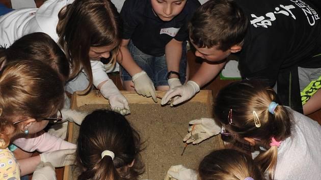 Týdenní projekt Den s archeoložkou Alenou Veselou a muzejní pedagožkou začal v mělnickém muzeu tento týden. Mezi prvními začínajícími archeology byli třeťáci z mělnické základní školy v Jungmannových sadech.