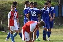 Fotbalisté Velvar slaví jeden ze dvou gólů v síti rezervy Slavie.