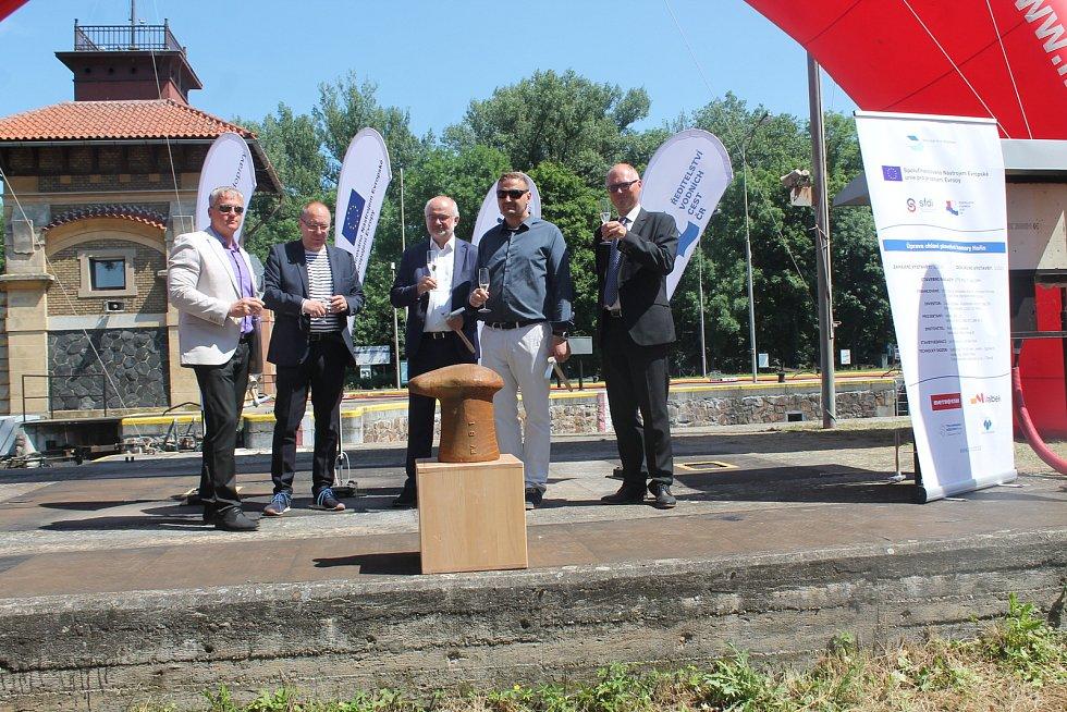 Velká proměna památkově chráněného zdymadla Hořín na Vltavě u Mělníka byla dnes zahájena symbolickým poklepáním na ocelové pachole pro vyvazování lodí.