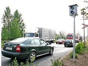 Malá bilá krabička možná zavaří hříšným řidičům, kteří nesundají nohu z plynu před přejezdem v ulici Na Malém Spořilově. Radar je v kaci už šest dní.