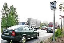 Jednou z věcí, která se nelíbila řidičům byl fakt, že radar částečně překrývá dopravní značku upozorňující na nechráněný železniční přejezd. Značka byla vyměněna za menší, do níž měřič opticky nezasahuje.
