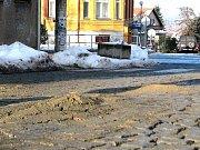 ULICE U Tanku  byla v středu ještě hrbatá, v ulici Legionářů už vznikala první záplata.