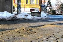 Takhle vypadal povrch ulice U Tanku před zahájením oprav.