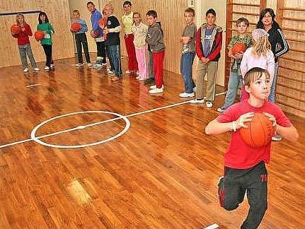 Tělocvična školy ve Velkém Borku má parkety položené na odpruženém roštu. Děti tam sportují od začátku tohoto školního roku.