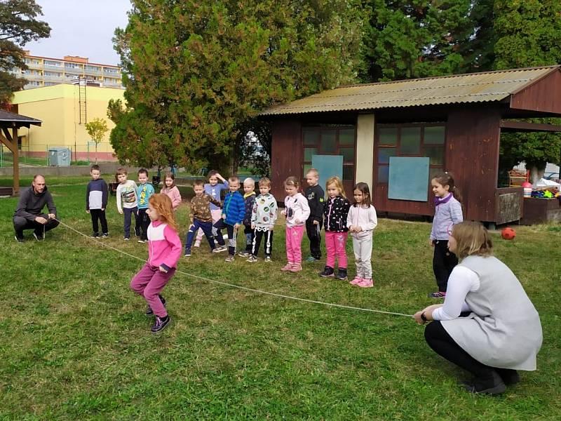 Trenéři FK Neratovice – Byškovice během cvičení s dětmi v mateřské škole Harmonie
