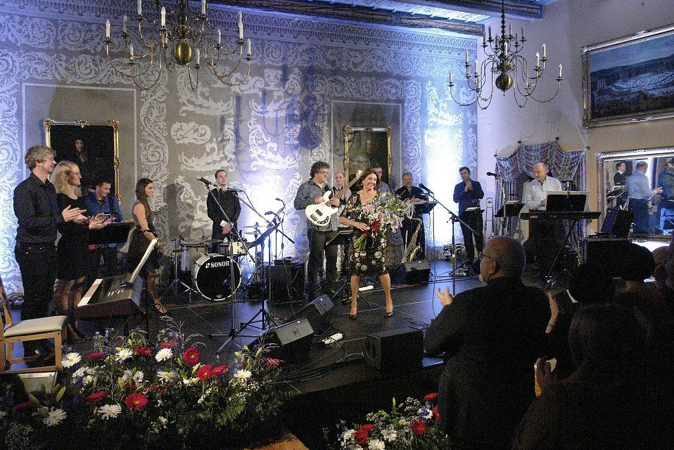 V rámci třídenních sametových oslav, které probíhaly na mělnickém zámku, zazpívala v sobotu legendární zpěvačka Marie Rottrová.