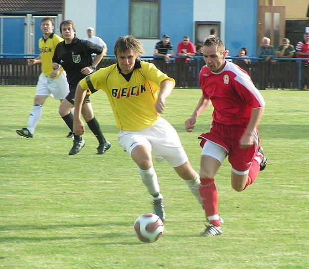 Fotbalisté Pšovky (ve žlutém) se rozešli bez branek se třetí Ostrou.