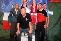 S LEGENDOU. Nejlepší trojice z víkendového mezinárodního turnaje v Třeboni – druhý Patrik Jiráček, vítězný Lukáš Plzák a třetí Denis Kalous – na společném snímku s bronzovým medailistou z olympiády 1960 v Římě Josefem Němcem (vlevo).