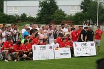 Stará garda FK Brandýs (v pruhovaném) nastoupila v rámci oslav 120. výročí založení klubu k charitativnímu utkání proti Realu Top Praha.