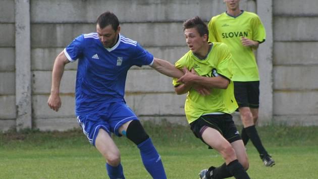 Fotbalisté SK Labský Kostelec (v modrém) porazili Horní Beřkovice jedinou brankou v závěru utkání.