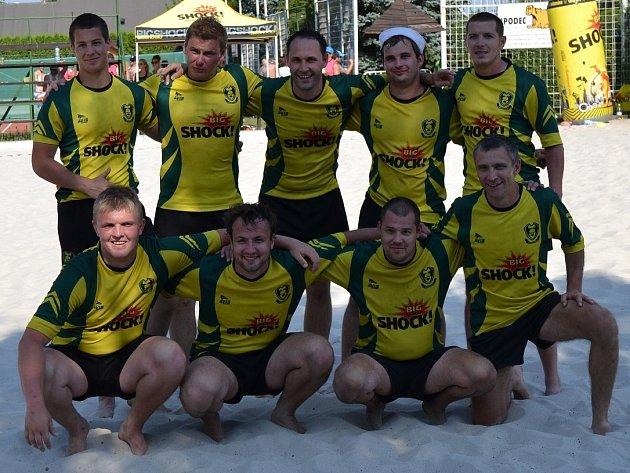 Tým Big shock Kralupy nad Vltavou na 12. ročníku turnaje v plážovém ragby.