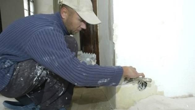 Zedníci, malíři a další dělníci a řemeslníci vystřídali s koncem školního roku žáky ve školních budovách na Mělnicku.
