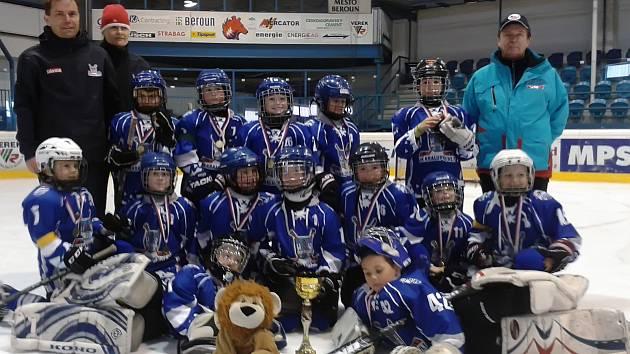 Hokejisté 2. třídy HK Kralupy s pohárem pro vítězný tým turnaje v Berouně.