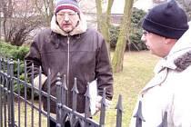 Scénárista Vladimír Mertlík si v doprovodu vedoucího odboru kultury Vladimíra Půčka prohlédl okolí hrobky Palackého.