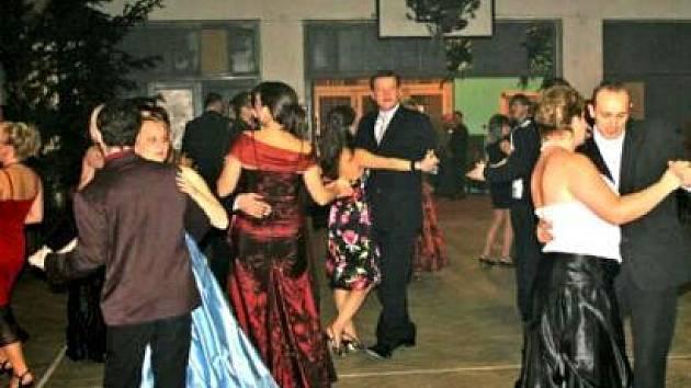 TANEČNÍ parket zaplnili návštěvníci plesu až několik desítek minut po jeho začátku.