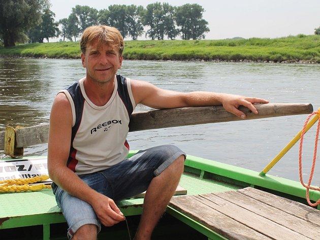 Převozník David Kulhan vozí cestující přes řeku mezi Lužcem nad Vltavou a Bukolí už devátý rok.