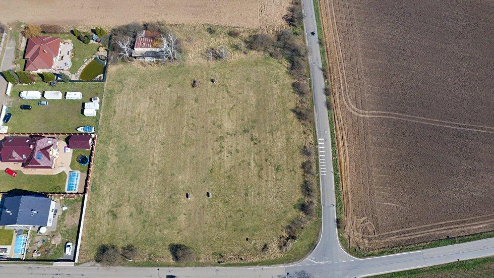 TADY SE HRÁLO. Aktuální letecké snímky bývalého fotbalového hřiště v Čakovičkách na Mělnicku.