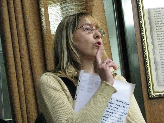 SPOR. Vladimíra Strunecká ukázala zastupitelům seznam prací provedených v útulku po vichřici technickými službami a dobrovolníky. Kdyby šlo o soutěž, dobrovolníci by vyhráli.
