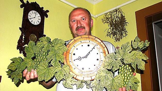 Jan Krúpa ze Mšena vytváří hodiny z různých materiálů