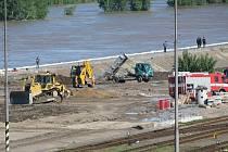V Mělníku začala prosakovat protipovodňová hráz, těžká technika a hasiči pracují na jejím zajištění.