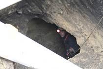 Čtyři metry hluboké sklepení zkoumali jeskyňáři a geologové.