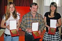 Pomyslné stupně vítězů ankety o nejlepšího sportovce Mělnicka za rok 2007 - Štefan Zvada, Denisa Čvančarová, nepřítomného Adama Sedlmajera zastoupila jeho sestra (vpravo).