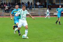 Neratovice (v modrém) porazily doma Hostouň 1:0 brankou Hrdého, který tady stíhá tahouna Hostouně, ex-ligového Marka.