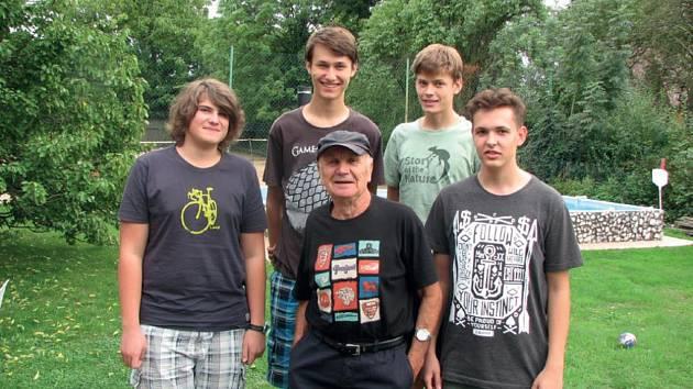 Zleva Daniel Kulíšek, Jan Sklenář, Vít Novotný, Vojtěch Deliš a bývalý profesor Jana Palacha Jaroslav Hořejší.