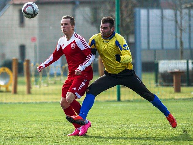 Neratovice (ve žlutém) remizovali v přátelském utkání s Brozany.