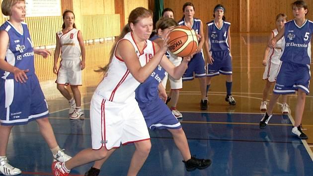 Tradičně nejúspěšnější střelkyně žákovské basketbalové ligy je z kralupského BK Junior - Magda Šlehoferová (světlý dres č. 18).