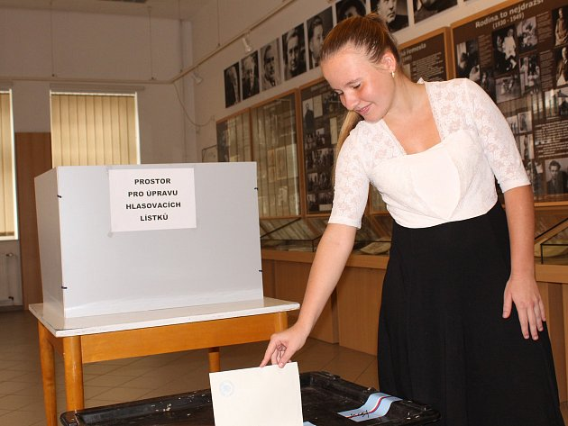 V kralupském muzeu se zase volilo v zasedacím sále věnovaném básníku Jaroslavu Seifertovi.