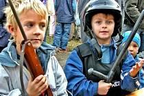 RUCE VZHŮRU. Narkotizační puška, obušek i služební zbraně kralupských strážníků lákaly nejen kluky.