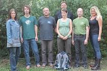 KapelaNNZ - zleva Zuzana Bukovská (zpěv), Uncle O. (baskytara), Eduard Šmíd (zpěv, saxofon), Aleš Jinoch (kytara), Bára Kašíková (bicí), Jiří Daněk (kytara), Jitka Krejčová (zpěv)