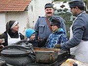 V areálu lobkovického zámku se o víkendu konal tradiční masopust, který pořádalo tamní občanské sdružení.