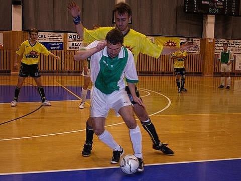 Muž zápasu mezi AFC Kralupy a Olympikem B Pavel Janouškovec při obranné práci v utkání s Třebusicemi.