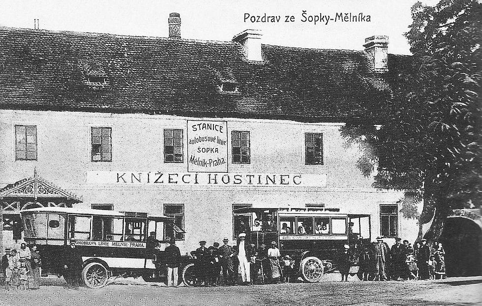Pšovka. Ulice Českolipská, Knížecí hostinec, dnes budova Mefritu. Pohlednice jednobarevná z roku 1912.
