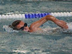 Adam Zloský plaval s o rok staršími soupeři a prosadil se.