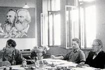 SBOROVNA. Nové poměry v československém školství signalizují portréty Karla Marxe a Bedřicha Engelse. Snímek byl pořízen krátce po roce 1950.