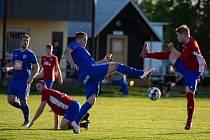 Zajímavé kreace s míčem nabídli aktéři utkání mezi Vysokou (v červeném) a Starou Boleslaví, gólu se ale diváci během devadesáti minut nedočkali.