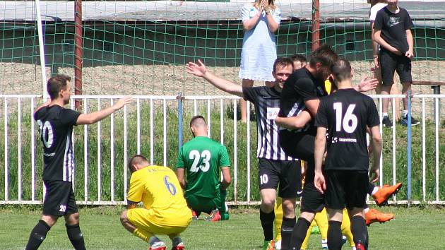 Na rozdíl od jarního utkání v Brandýse se fotbalistům Neratovic (ve žlutém) nepodařilo otočit nepříznivý vývoj a s regionálním rivalem prohráli 1:3.
