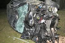 Přestože zůstala ze škodovky hromada zmuchlaných plechů, dvacetiletý řidič vyvázl s lehkým zraněním.