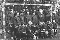 Mělník - Píše se rok 1972 a druholigové družstvo v házené sklízí úspěchy. Na snímku se svým vedoucím Václavem Novákem (první zprava)  a trenérem Václavem Ježkem