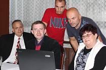 Na výsledky  voleb čekal Tomáš Hrodek (uprostřed) v sobotu  spolu s dalšími členy Občanské demokratické strany Jaroslavem Tomčíkem z Vysoké (nalevo), Alenou Bendovou z Neratovic a Karlem Kasáčkem (nahoře napravo), kterého doprovázel syn Lukáš.