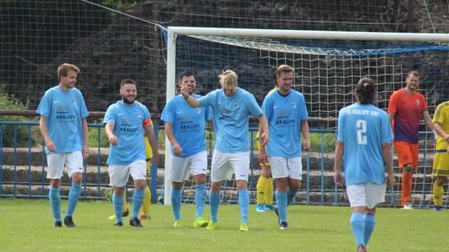 Fotbalisté FK Kralupy 1901 (v modrém) porazili v prvním kole I. B třídy Chotětov 3:1.