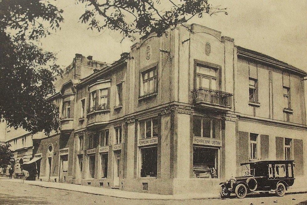 Pohřební ústav Václava Beneše se nacházel v domě, který má dnes č. p. 330 a stojí na rohu ulice Havlíčkovy a Krombholcovy. Na snímku u domu stojí zaparkovaný pohřební vůz.