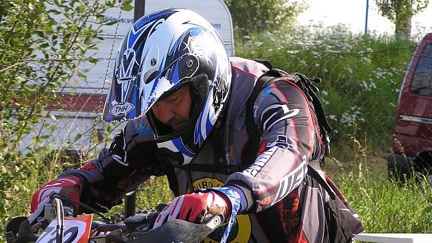 Jedním z jezdců, který hájil barvy pořádajícího mšenského Enduro klubu, byl Jaromír Flígl.