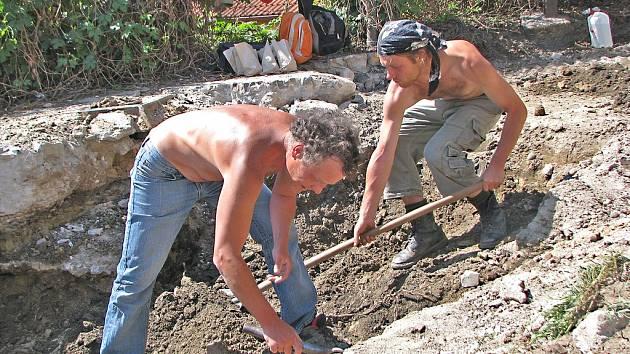 ARCHEOLOGICKÝ průzkum v mělnické České ulici zahájili dělníci, kteří odkryli vrchní vrstvy povrchu. Pod ním se skrývala část dobové stavby, která by mohla být středověkým opevněním.